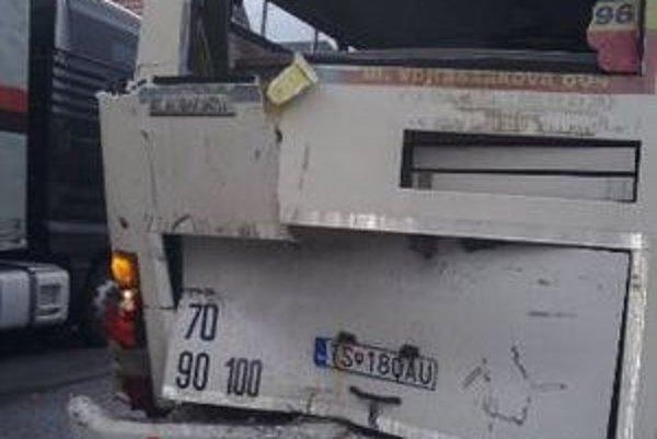 Náraz poškodil hlavne zadnú časť autobusu, ľudia vyviazli bez zranení.