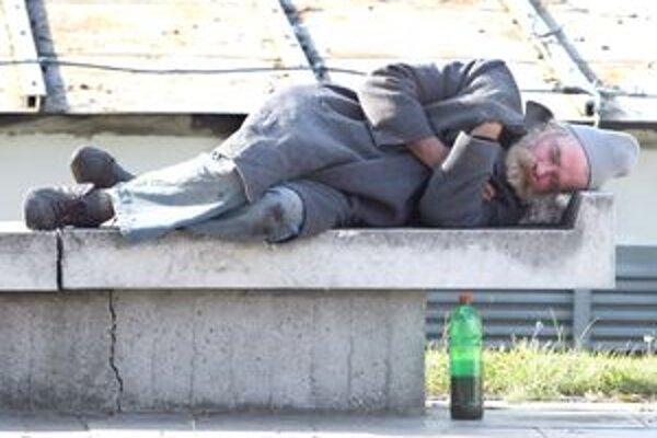 Mestá prijímali nariadenia s cieľom zabrániť konzumácii alkoholu na verejných priestranstvách.⋌