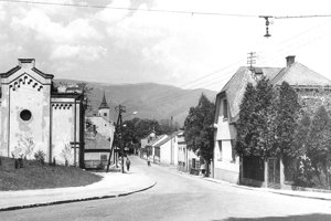 Dominantou ulice bola kedysi aj synagóga (vľavo).