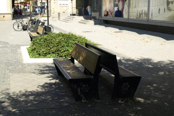 Majú ísť tieto lavičky preč?
