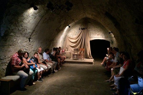 V katakombách sa nachádza aj pódium.