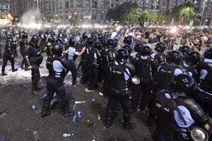 Poriadková polícia na mieste demonštrácie.