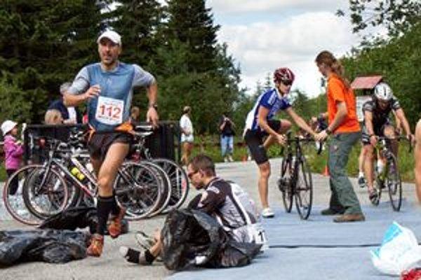 Depo na Ťatliakovej chate. Triatlonisti z bicyklov presedlali na záverečnú disciplínu beh.