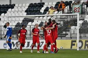 Futbalisti Serede sa radujú po jednom z gólov.