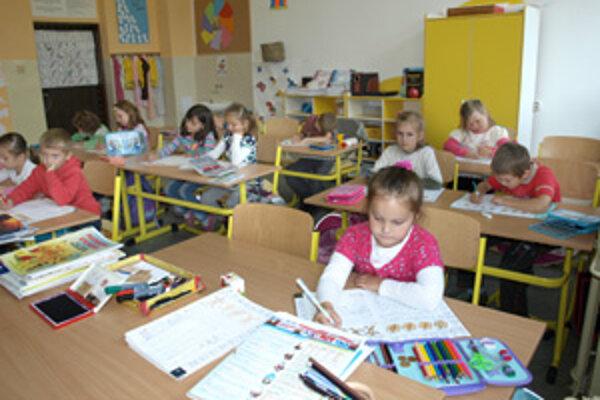 Vo farebných triedach sa lepšie učí žiakom aj učiteľom.