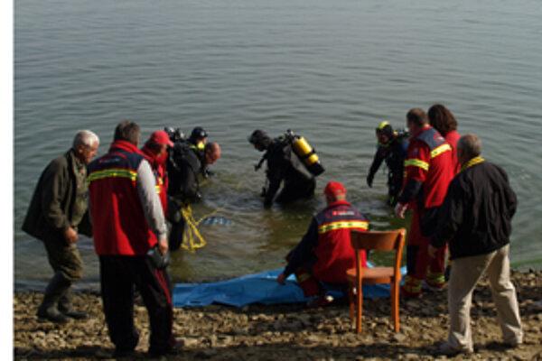 Bezvládne telo rybára našli potápači z ORS krátko pred jedenástou dopoludnia.