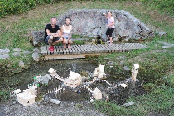 Autori drevenej dedinky na vode.
