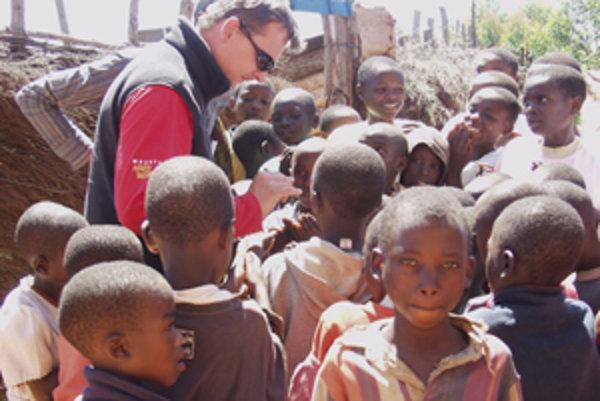 Malí Afričania bielych návštevníkov vítajú. Vedia, že od nich vždy niečo dostanú.