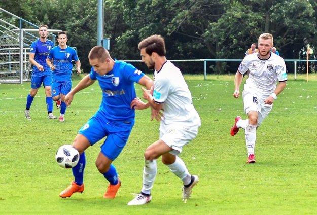 Rezerva FC Nitra doma podľahla Gabčíkovu 1:2. V bielych dresoch Dubeň a Macho, s loptou hosťujúci Tóth.