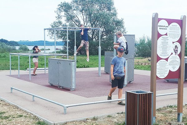 Nový park na nábreží si deti veľmi rýchlo obľúbili.