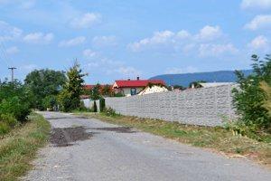Ľudia zo Skriavnika tvrdia, že za vysokým múrom sa ukrýva luxusné sídlo.
