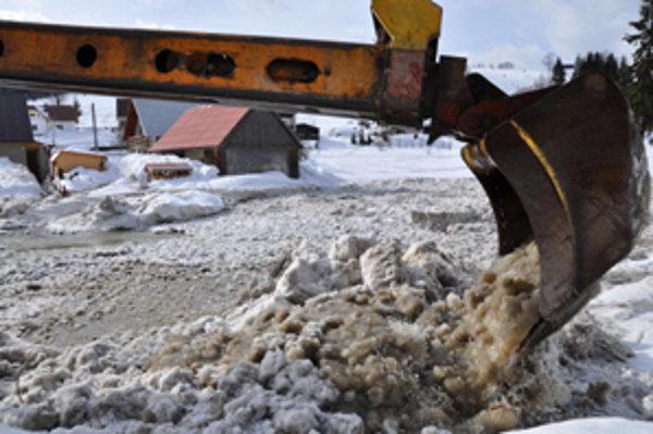 Ľad z koryta rieky odstraňujú bagre.