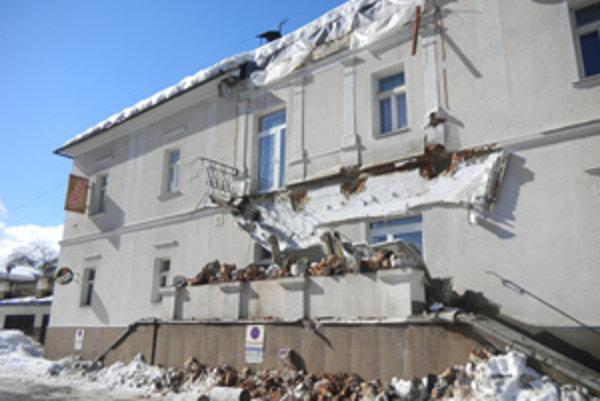 K pamiatkam, ktoré poškodila tohtoročná zima, sa zaradil aj oravskopodzámsky hotel.