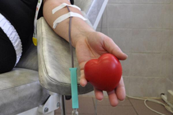 Červené srdiečko pomáha darcom krvi pri odbere. Zároveň je symbolom lásky a ochoty pomáhať druhým.