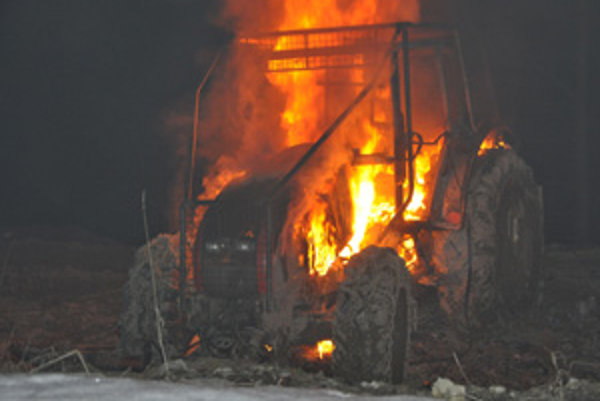 Plamene traktor úplne zničili.