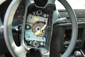 Keď sa už zlodej dostane do auta, berie, čo sa dá.