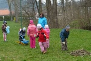 Deti sa do zbierania smetí na ihrisku zapojili s radosťou.