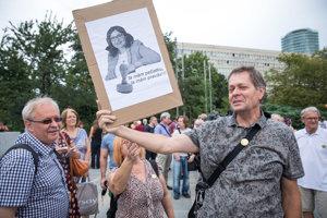 Vedci protestovali pred Úradom vlády.