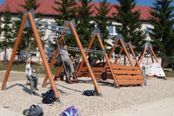 V areáli je detí neúrekom. Dokonca sem chodia hneď zo školy. Školské tašky zložia na zem a už sú na hojdačkách.