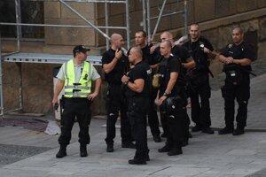 Policajti dohliadajú na poriadok pred odvetným zápasom.