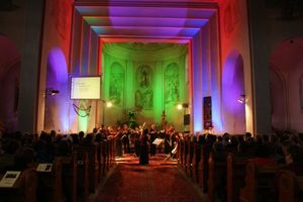 Kostol v Chlebniciach sa v nedeľu 11. októbra zaplnil ľuďmi, ktorí chcú pomôcť mladej Majke Sálusovej.