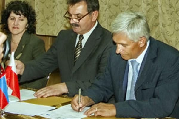 Podpis cezhraničnej zmluvy. Vpravo starosta Rabče Dušan Ratica.