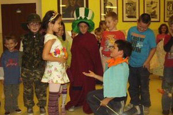 Deti zo základnej školy si na základe prečítaného príbehu o dokonalej Kláre pripravili jeho divadelné stvárnenie.