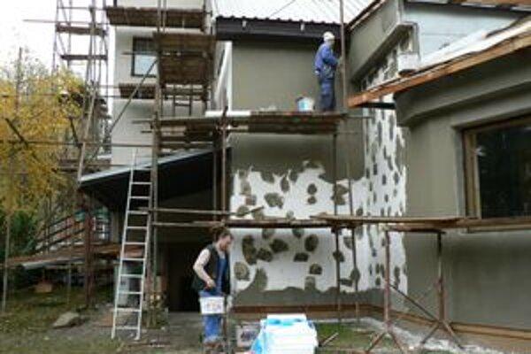 Okrem rekonštrukcie objektov základnej a materskej školy, obec plánuje nahradiť aj starú kotolňu modernou palivovou základňou.