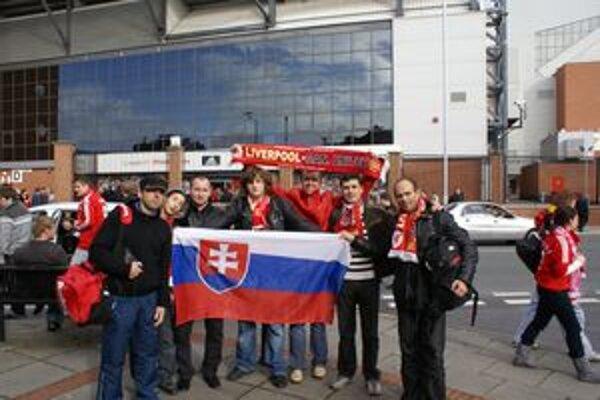 Dolnokubínčania pri futbalovom štadióne Liverpoolu.