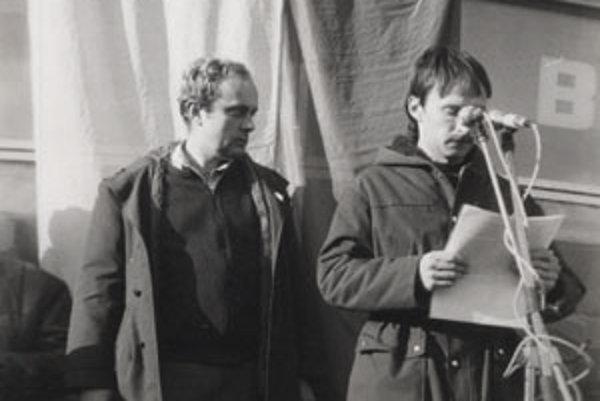 Predseda štrajkového výboru Ján Homola (vľavo) koordinoval generálny štrajk v Tesle Orava Nižná, ktorý sa uskutočnil 27. novembra 1989.