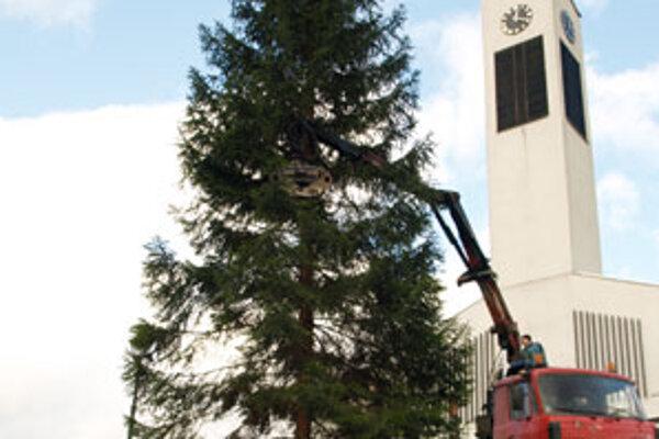 Oddychová zóna vedúca ponad školu by mala vústiť tesne pod kostolom, len kúsok od miesta, kde chlapi minulý týždeň stavali takmer 20-metrový vianočný strom. Obci ho venoval miestny urbár.