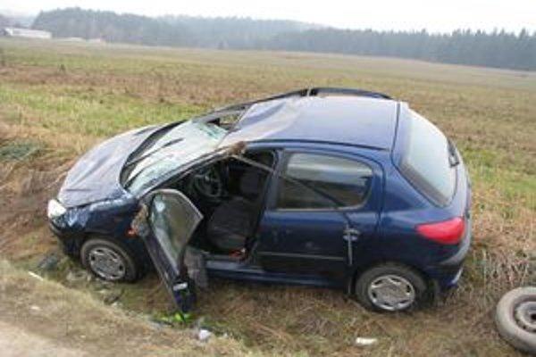 Mladík z Námestovského okresu si poriadne zavaril. V Oravskej Polhore ukradol auto, potom s ním havaroval a z miesta nehody ušiel.