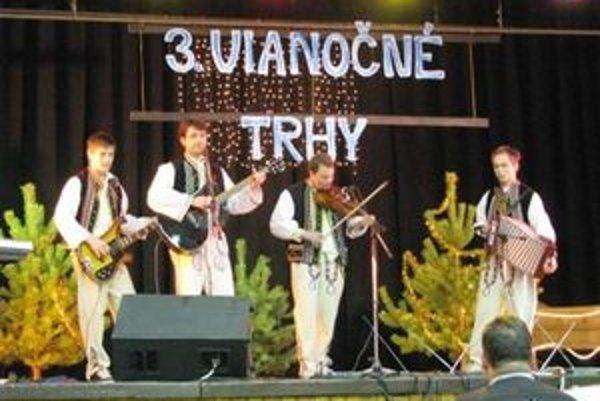 Základná škola v Hruštíne pripravila už tretí ročník Vianočných trhov, kde sa spievalo, varilo, pieklo i vyrezávalo.