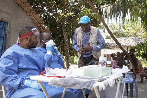 Zamestnanec UNICEF Jean Claude Nzengu (uprostred) hovorí s členmi očkovacieho tímu, ktorí sa pripravujú na podanie vakcíny proti ebole v Mdbandake v v Konžskej demokratickej republike (KDR) 25. mája 2018.