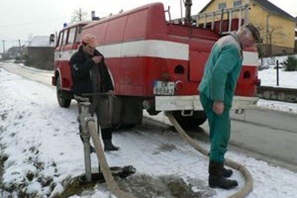 Hasičské auto pomáhalo v Žaškove pri odstraňovaní poruchy kanalizačného potrubia, ktorej dôsledkom bola podmočená stena budovy úradu.