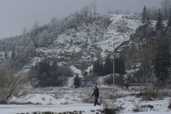 Ťažbu kameňa v lome za Trstenou spustili začiatkom minulého roka. Odvtedy z vŕšku poriadne ubudlo. Podľa primátora vraj mnohí s odstupom času ani nevedia, že tu prebieha ťažba. Nie všetci obyvatelia Západu s ním súhlasia.