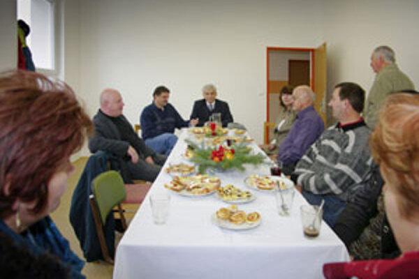 Vo vynovených priestoroch bolo dosť priestoru pre všetkých, ktorí prišli zrekonštruovanú škôlku vo vianočnej atmosfére skolaudovať.