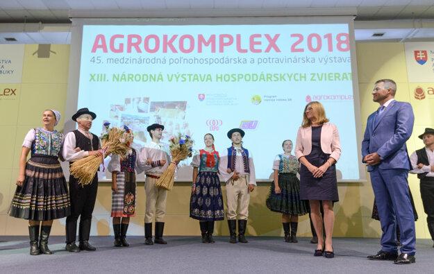 Na snímke predseda vlády SR Peter Pellegrini (vpravo) a ministerka pôdohospodárstva a rozvoja vidieka Gabriela Matečná (druhá sprava).
