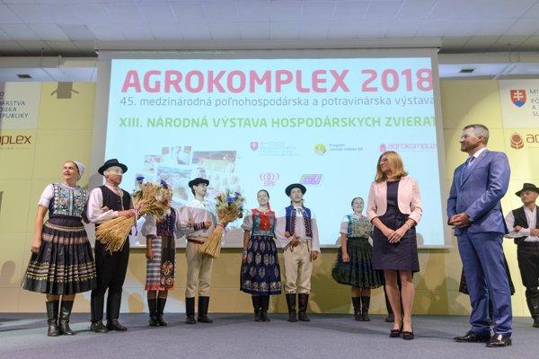 Agrokomplex navšívili aj predseda vlády SR Peter Pellegrini (vpravo) a ministerka pôdohospodárstva a rozvoja vidieka Gabriela Matečná (druhá sprava).