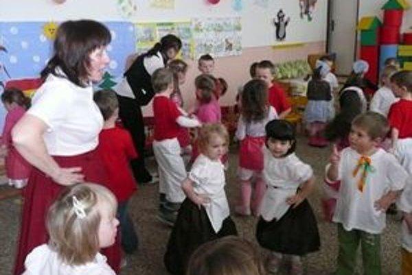Škôlkari v krojoch ukončili obdobie zábav ako dospeláci – zabávali sa, ako sa patrí.