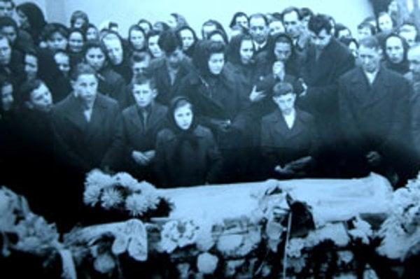 Na pohreb zavraždenej maturantky prišli stovky ľudí z celého okolia.