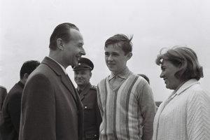 Na archívnej snímke z 12. mája 1968 Alexander Dubček (vľavo) s manželkou Annou a synom Milanom (uprostred), ktorí prišli Dubčeka privítať 5. mája 1968 na bratislavské letisko po jeho prílete  z moskovských rokovaní.