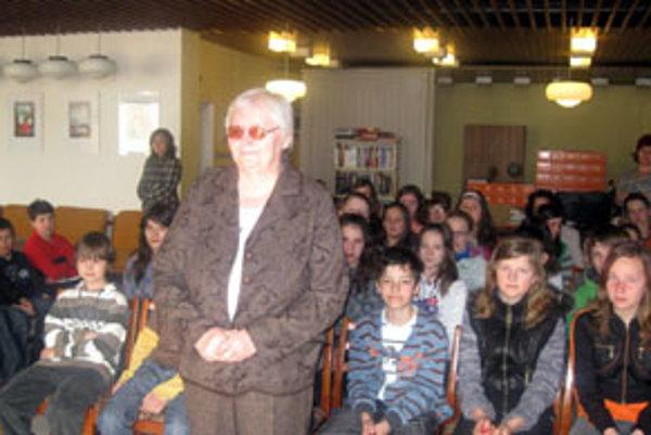 Eva Kurjaková medzi mladými čitateľmi v Námestove.