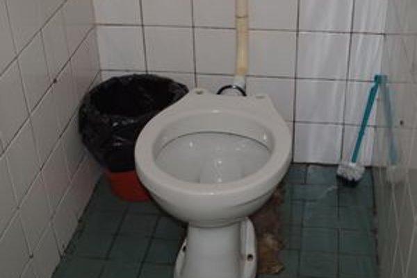 Záchod na prízemí lôžkovej časti nemocnice. Pre mužov aj pre ženy.