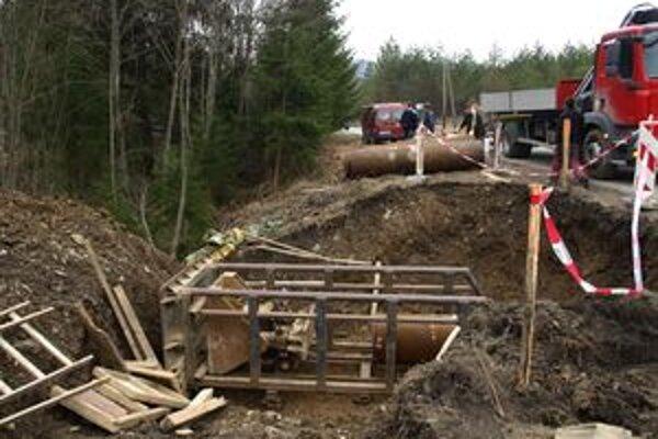 Práce na kanalizácii v Oraviciach sú v plnom prúde.