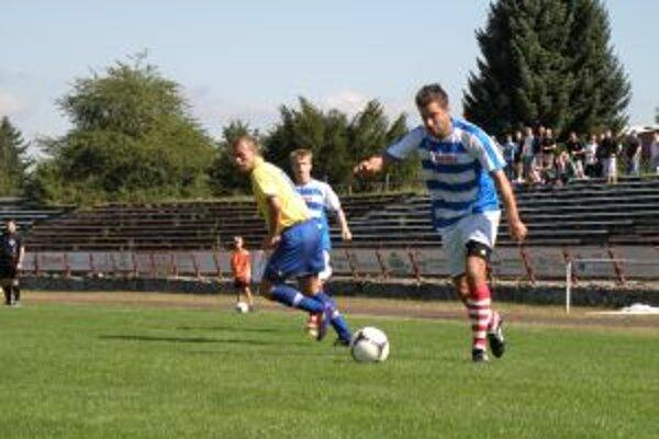 Hráči Pov. Bystrice (v modrom) dotiahli zápas s Palárikovom bojovnosťou do víťazného konca.