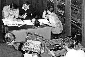 Zdeno Oravec, Fedor Mikovič, Hanka Kútiková a zvukoví technici Štefan Ivančík a Vladimír Lehoťan v improvizovanom rozhlasovom štúdiu v auguste 1968.