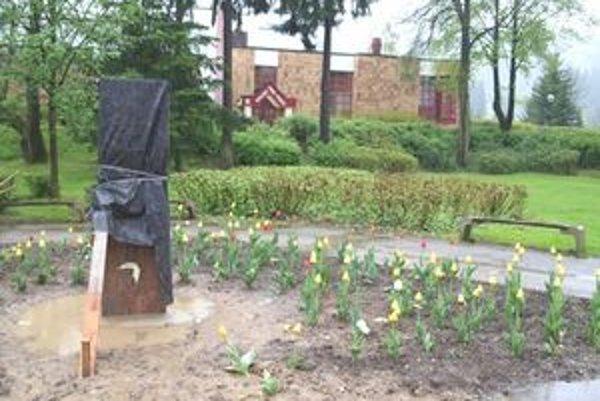 Nový reliéf Martina Kukučína v rovnomennom parku čaká na odhalenie.