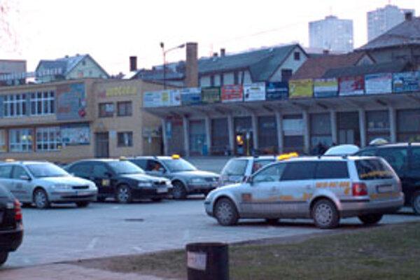 Prax ukáže, či budú upravené pravidlá fungovať v prospech taxikárov, ktorí za podnikanie na parkoviskách riadne platia.