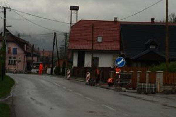 Prvá etapa chodníka je už hotová, teraz robia robotníci úsek v centre dediny.